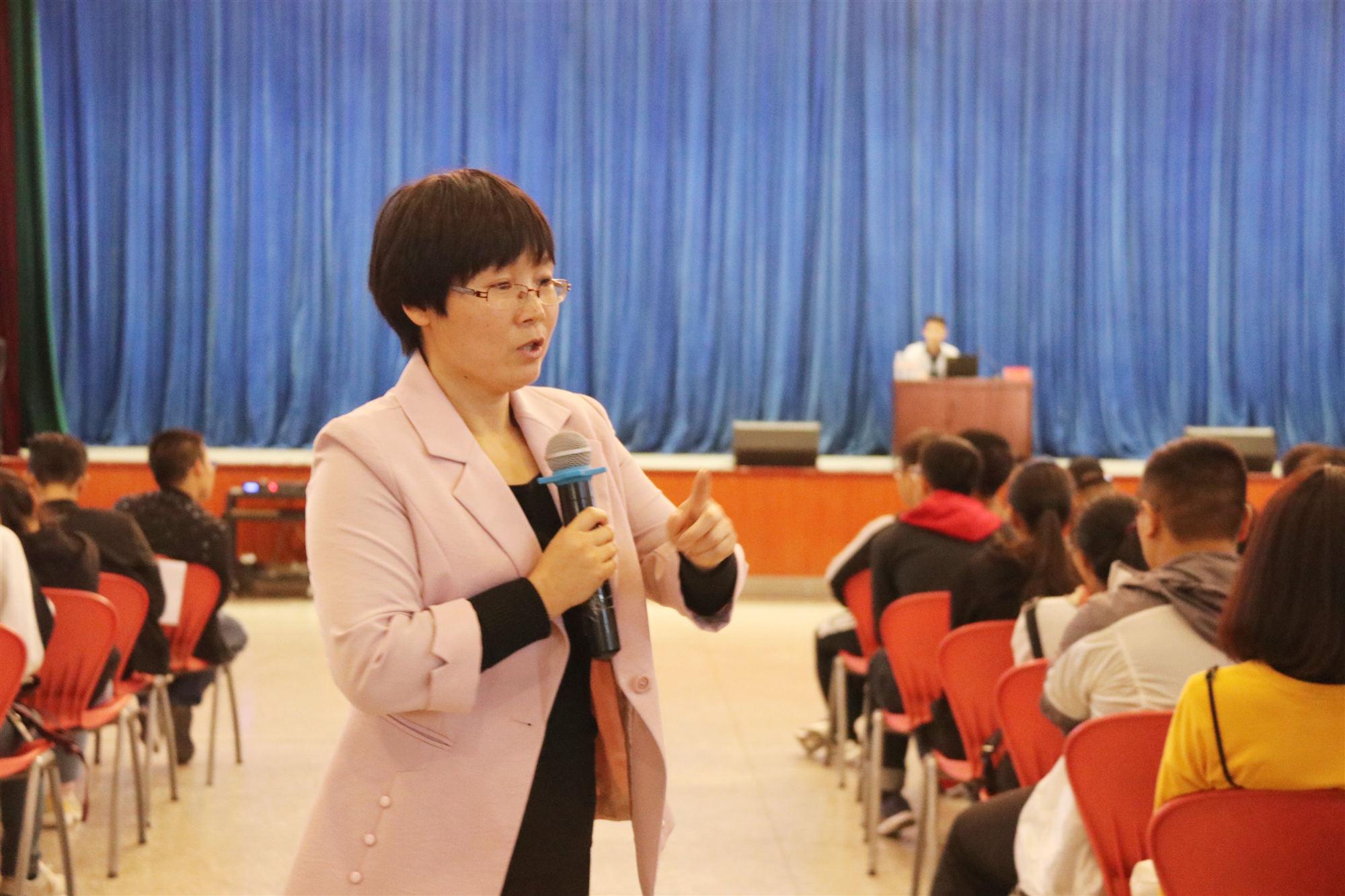 高中生入学教育视频_新生入学的首月是适应性教育的关键期,是高中生向大学生过渡的重要